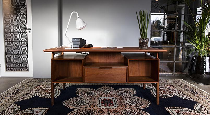 Skrivbord med lampa